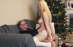 Olgun Komşu Ile Büyük Göt Fucks Santa