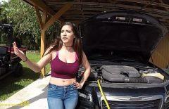 Arabasını Tamir Etmek Için Tamirciyle Sikişiyor