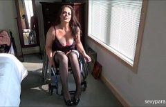 Arabada Hareketsiz Kadın Kaslı Bir Doktor Fucks
