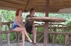 Kıvırcık Saçlı Genç Bir Kadınla Ormanda 80 Yaşındaki Kadın Porno
