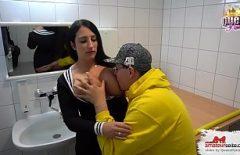 Seks Ile Bir Esmer Veren Bir Oral Içinde Bir Kamu Banyo