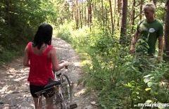 Komşunun Amı Bisiklete Biniyor Ve Ormanda Beceriliyor
