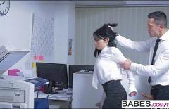 Balerin Sert Saçlarını çeker Ve Japon Sürtükünü Sikikleri