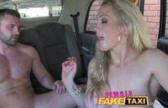 Süper İyi Amcık Taksi Şoförü Bir Müşteriyle Seks Yapıyor