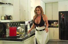 Larisa Bir Rumen Şef Pitipoanca Mutfakta Aşıklar Ile Sikişmeyi Seviyor