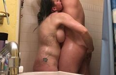 Banyoda Horozunu Emiyor Ve Ona Kızıyor