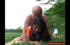 Kız Yaşlı Bir Adama Küçük Bir Masaj Yapıyor Ve Sonra Onu Doğada Sikiyor